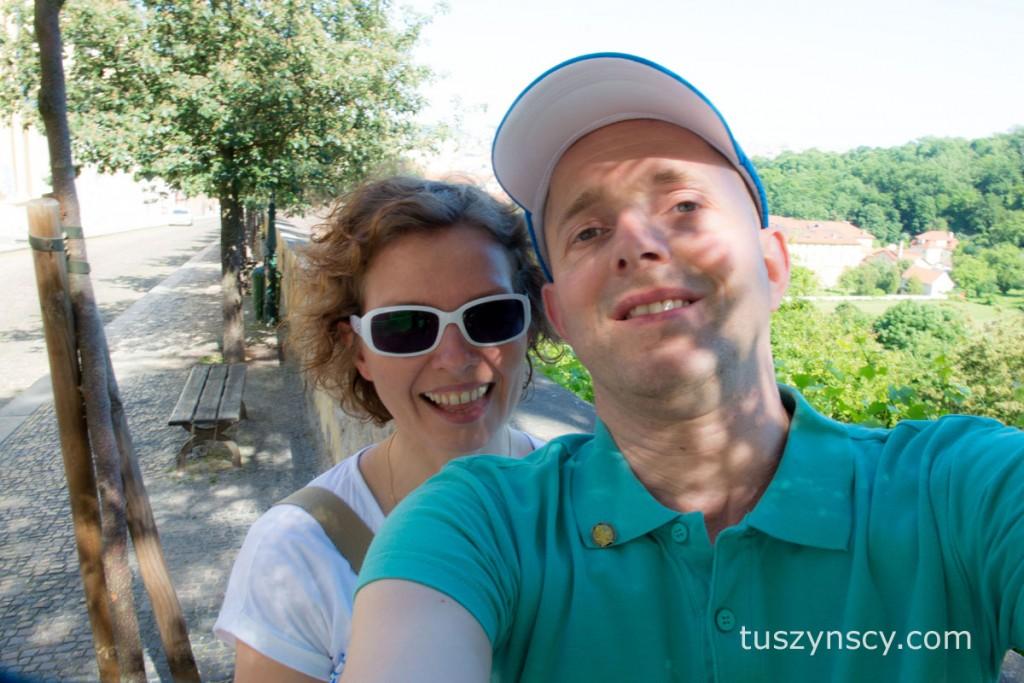 Praga - uśmiechnięci turyści robiący sobie selfie ;-)